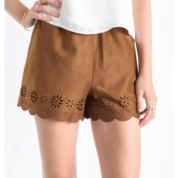 d5fd651b451 BB Dakota faux suede laser cut shorts sz L
